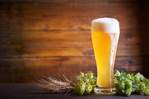 Glas bier op een houten tafel. oktoberfeest