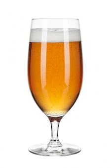 Glas bier op een wit wordt geïsoleerd dat
