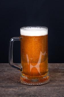 Glas bier op een zwarte