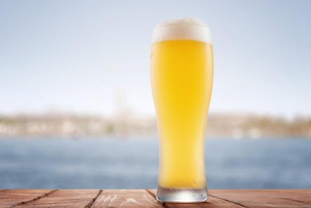 Glas bier op houten tafel
