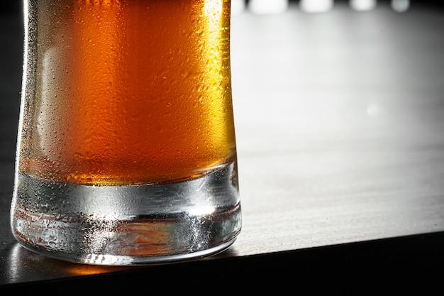 Glas bier op zwart