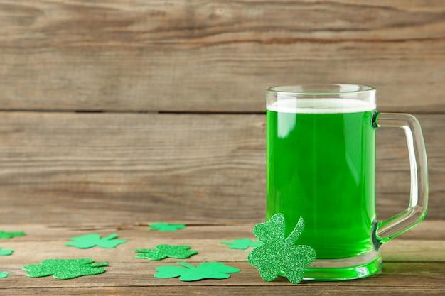 Glas bier voor st patricks-dag op groene muur. bovenaanzicht.