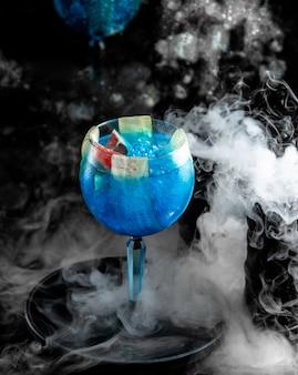 Glas blauwe lagune met bessen