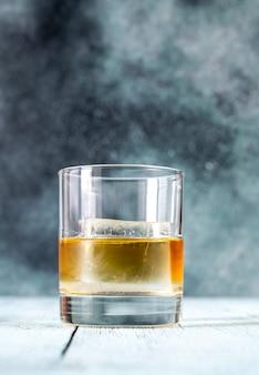 Glas bourbon whisky met ijsblokje