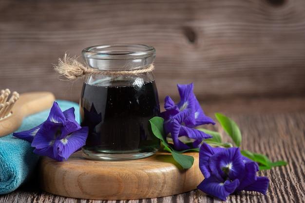 Glas butterfly pea flower thee gezet op houten dienblad