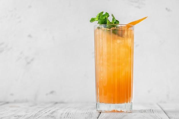 Glas carta switchel cocktail gegarneerd met verse munt