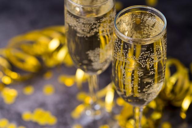 Glas champagne met bel op tafel