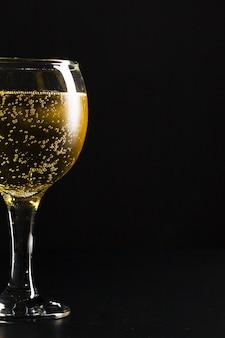 Glas champagne op zwart