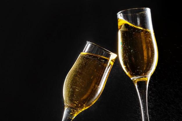 Glas champagne op zwarte achtergrond