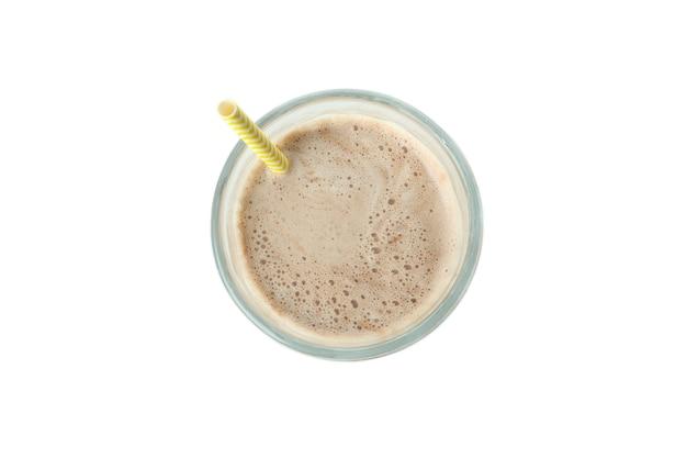 Glas chocolade milkshake geïsoleerd op een witte achtergrond