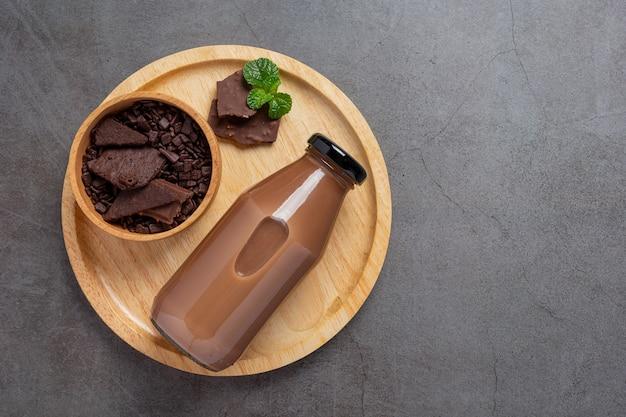 Glas chocolademelk op het donkere oppervlak.