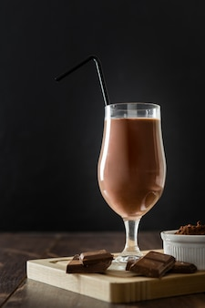 Glas chocolademilkshake met stro