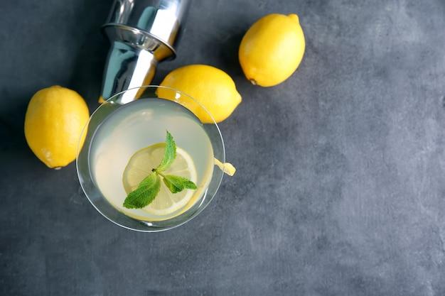 Glas citroen drop martini met schil op tafel