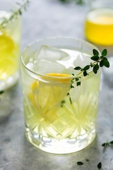 Glas citroen vers zomer drankje in glas. frisdrank limonade drankje met kruid.
