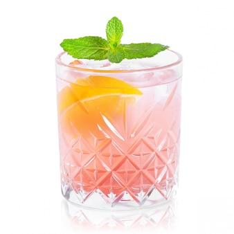 Glas cocktail met bezinning op wit wordt geïsoleerd dat