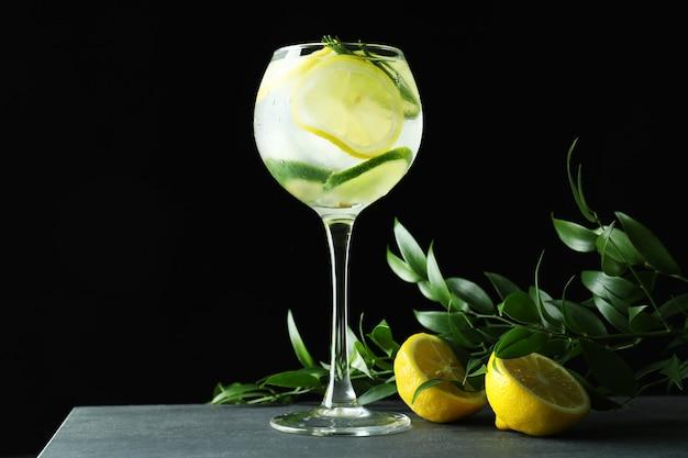 Glas cocktail met citrus op donkere ondergrond