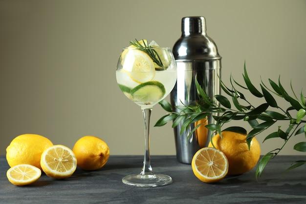 Glas cocktail met citrus op donkere tafel