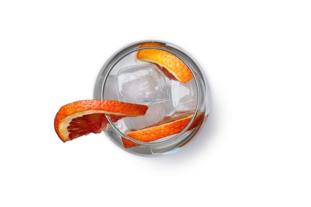 Glas cocktail met grapefruit geïsoleerd op een witte ondergrond