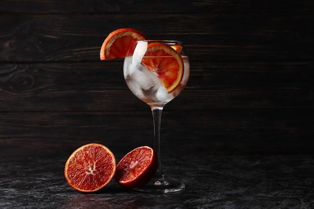 Glas cocktail met grapefruit op zwarte smokey tafel
