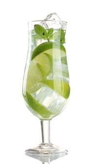 Glas cocktail met limoen en munt geïsoleerd op wit