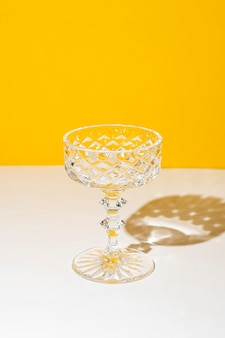 Glas cocktail of sinaasappelsap in het zonlicht.