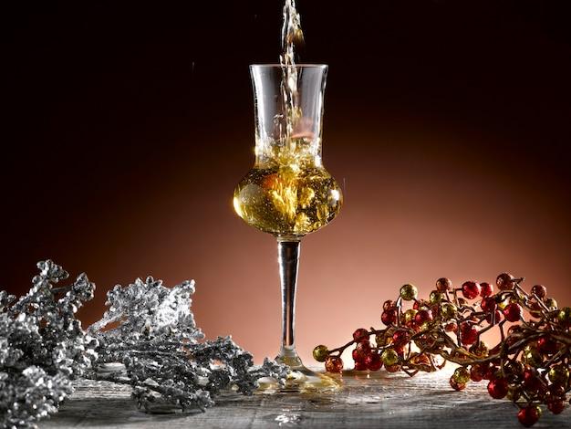 Glas cognac in een kerstsetting