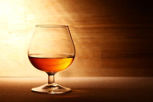 Glas cognac over houten oppervlak