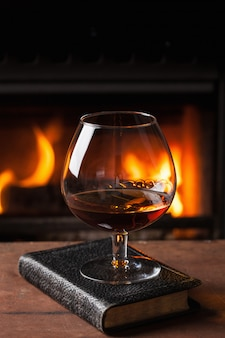 Glas cognac voor open haard