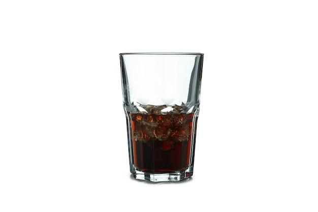 Glas cola en ijsblokjes geïsoleerd op een witte ondergrond