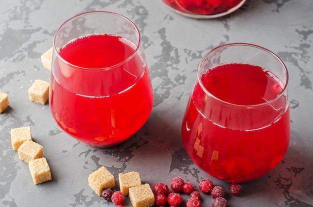 Glas cranberry fruitdrank. traditionele russische compote van amerikaanse veenbessen