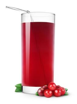 Glas cranberrysap en verse amerikaanse veenbessen die op witte achtergrond worden geïsoleerd