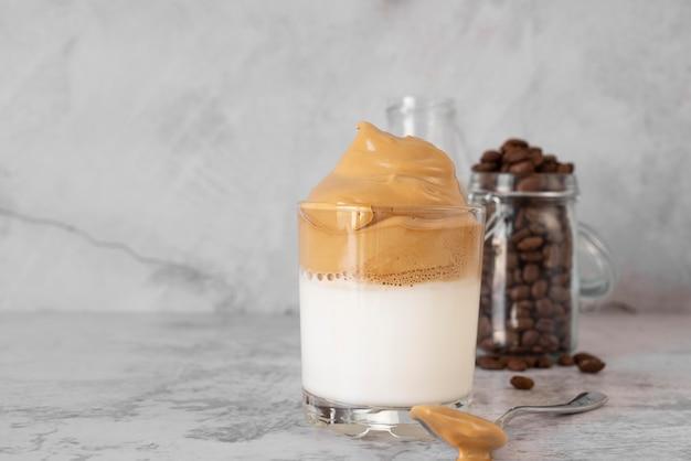 Glas dalgona-koffie op lijst