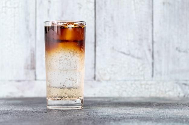 Glas dark 'n' stormy cocktail gemaakt van gemberbier en donkere rum