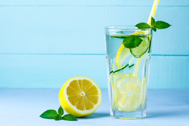 Glas detox, sappige citroen en munt,
