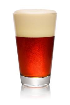 Glas donker bier op wit