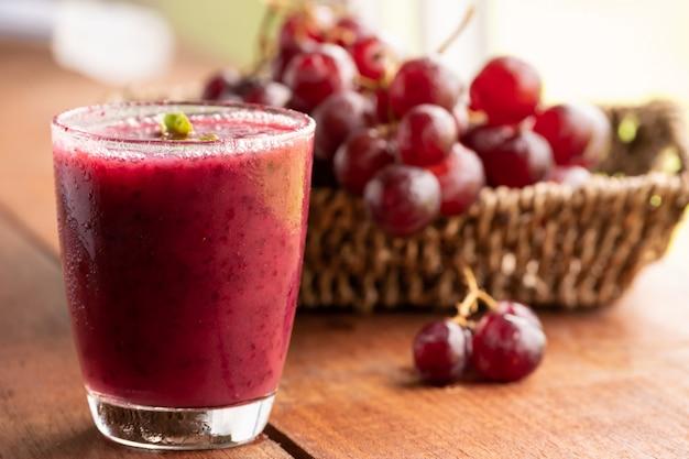 Glas druivensap smoothie op houten lijst
