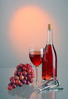 Glas en fles met rode wijn, borstel van rode druiven en metalen kurkentrekker op gekleurde achtergrond met reflectie. achtergrondverlichting. kopieer-ruimte.