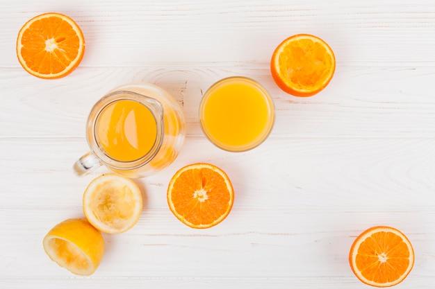 Glas en kruik met citrusvruchtensap
