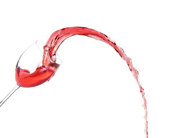 Glas en rode spattende wijn op witte achtergrond