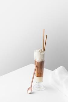 Glas frappucino op tafel