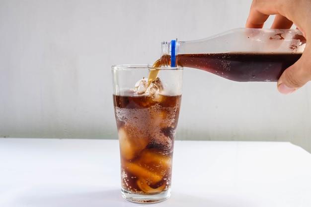 Glas frisdrank en zwarte frisdrank op tafel
