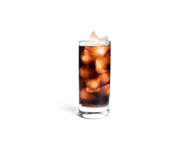 Glas frisdrank geïsoleerd op wit.