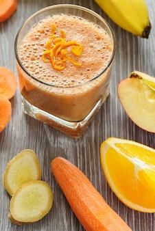 Glas fruit en groente smoothie