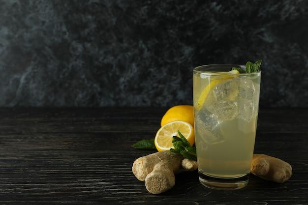 Glas gember - citroendrank en ingrediënten op houten lijst