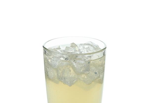 Glas gemberbier met ijs op wit wordt geïsoleerd dat
