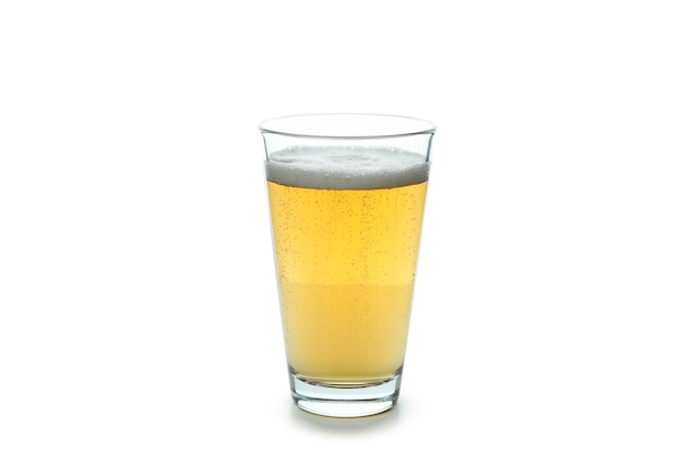 Glas gemberbier op wit wordt geïsoleerd dat