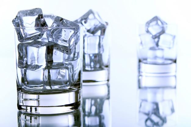 Glas gevuld met ijsblokjes