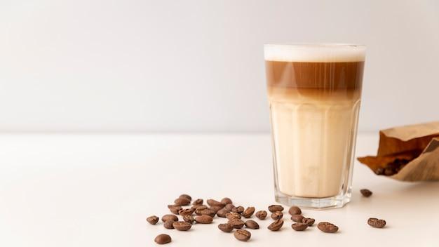 Glas gevuld met koffie en melk