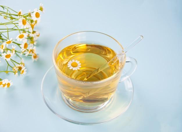Glas gezonde kruidenkamillillethee. natuurgeneeskunde. matricaria chamomilla.