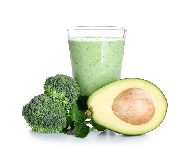 Glas gezonde smoothie met avocado en broccoli op witte ondergrond